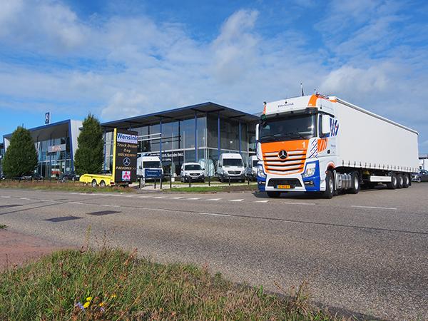 De eyecatcher van Wensink is deze Friesland-trekker, een nieuwe Actros truck met oplegger.