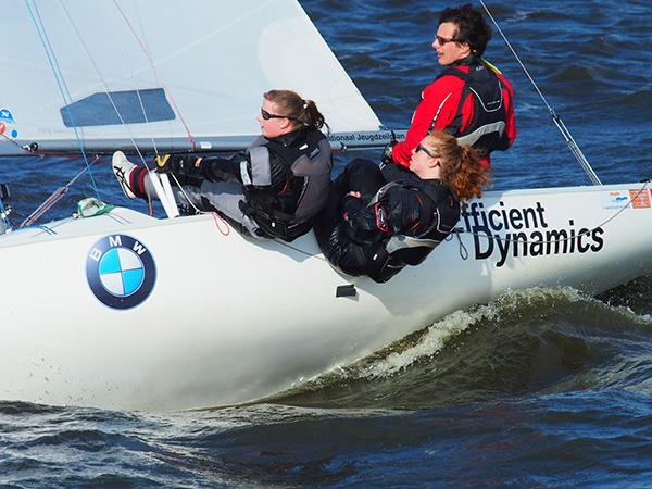 BMW Nationaal Jeugdzeilplan stelt Ynglings beschikbaar voor talentvolle teams en verenigingen die oudere jeugd in de gelegenheid willen stellen hun zeilcarrière voort te zetten. Vooral het varen in een meermansboot voegt een geheel nieuwe dimensie aan het zeilen toe, namelijk teamwork, aldus Yngling-promotor Arjen de Jong uit Soestduinen.