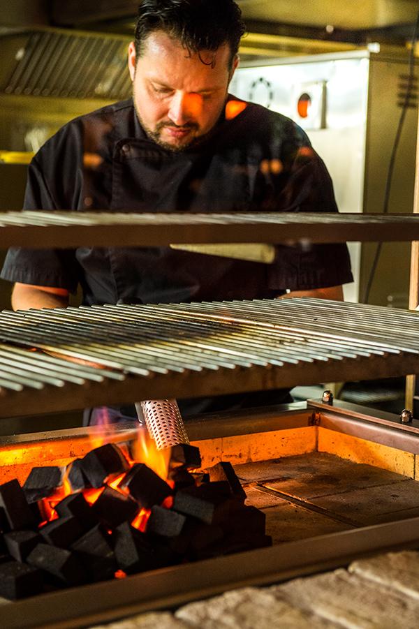 Bjorn aan de houtskoolgrill in de Brasserie De Mallemok.