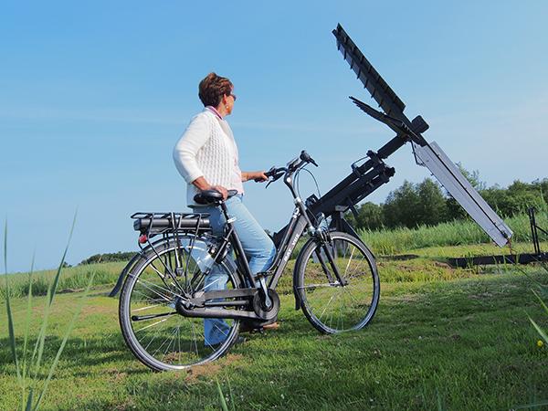 De elektrische fiets is onstuitbaar in opmars en voor veel ouderen een must voor het in drie tot zeven etappes afleggen van de 254 km lange Elfstedenroute. Friesland Holland heeft ook veel succes met de provinciegrens overschrijdende E-bike arrangementen, onder andere richting Giethoorn in Overijssel. In E-bike testarrangementen kunnen toeristen alle gangbare merken elektrofietsen uitproberen.