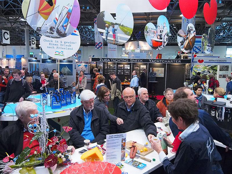 Uit deze foto blijkt de rol van gastheer — of vrouw — van de provincie Fryslân. Rondom de stand van Beleef Friesland stonden eigen stands van ondernemers zoals Zijda Yachting uit Sneek (op de achtergrond).