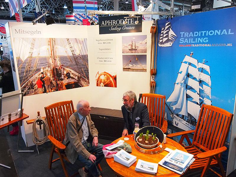 Een uitvaart of een rondvaart. Watersporters op leeftijd kiezen op Boot Düsseldorf voor laatstgenoemde variant, het liefst met zo'n exclusief schip als de Aphrodite van Aent en Ellen Kingma uit Stavoren. Ze cruisen vooral op de Oostzee en het IJsselmeer. Geen grap: hun zeilcruiseschip wordt ook ingezet voor asverstrooiingen. Info: http://www.sail-aphrodite.com/