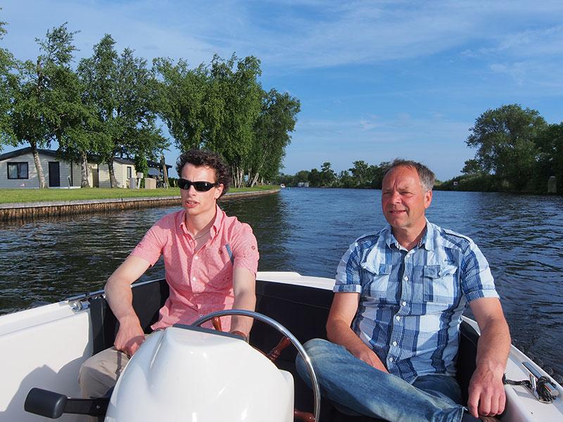 De productontwikkelaars Sebastiaan Strampel (links) en Mario Bor demonstreren persoonlijk de werking van hun E-boat Power Packs op Boot Holland, in de Saksenhal in de stand van E-sensation Friesland Holland, naast de steiger met motorjachten.