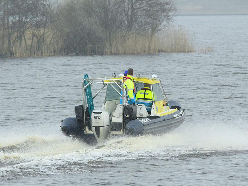 Zie je nergens bij sportwedstrijden, alleen in Friesland: een altijd paraat zijnde ambulanceboot, scheurend van skûtsje naar skûtsje. Het wachten is op een drijvend ziekenhuis. Fotografie: Albert Hendriks