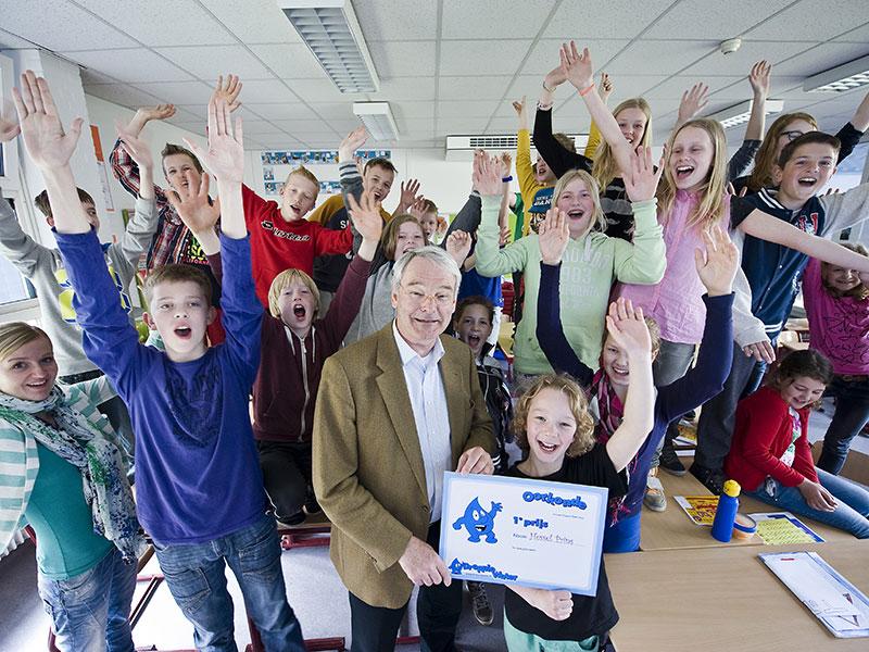 Dijkgraaf Paul van Erkelens overhandigt prijswinnaar Hessel Prins de oorkonde. Hessel heeft, door deelname aan een waterschapsquiz, een schoolreisje naar het Watermuseum in Arnhem voor groep 7/8 van de CBS Paadwizer in Oentsjerk gewonnen.