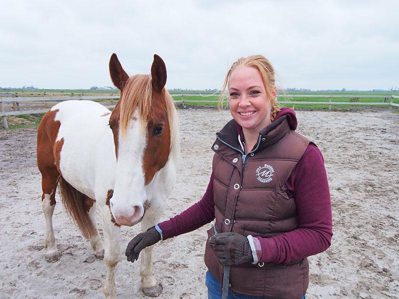 """Femke Dölle voert dagelijks een goed gesprek met haar paard Joy: duidelijke taal, maar niet luid. De zesjarige ruin is beschikbaar als """"spiegel"""" voor medewerkers van bedrijven die willen weten hoe het zit met interne communicatie en hoe je die vrij gemakkelijk kunt verbeteren door bewustwording."""