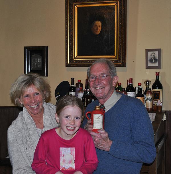 Heleen (links), Rosa Constance en Jaap Sonnenberg (Heleen met dochter en vader) vieren 150 jaar Weduwe Joustra.