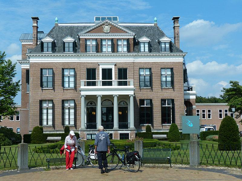 Beetsterzwaag is een adellijk park- en kunstdorp met grote landhuizen en hotels en restaurants, van peperduur tot low-budget.