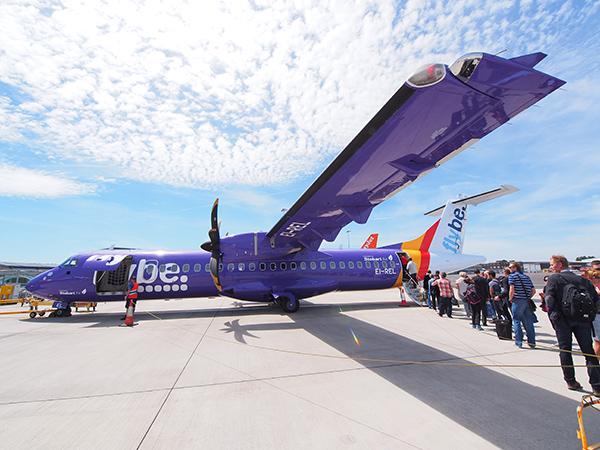Een handig en ruim toestel, de ATR 72-500 die de dienst Eelde-London onderhoudt.