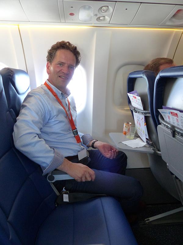 Marco van de Kreeke, directeur Groningen Airport Eelde, is klein van stuk (Brabants formaat) en heeft een zee aan ruimte in het toestel van Flybe-Stobart Air.