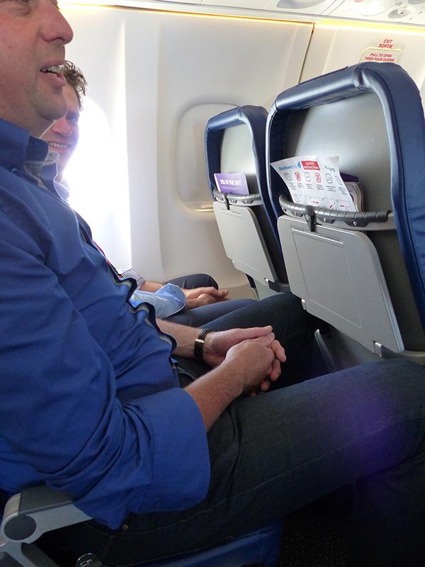 Twee meter lange mensen kunnen er goed in zitten, zoals de boomlange RTV-Drenthe reporter Andries Ophof (foto). Rechtop staan kan hij niet, maar in het vliegtuig sta je ook maar een paar tellen om naar je stoel te lopen. De vlucht duurt maar 75 minuten.