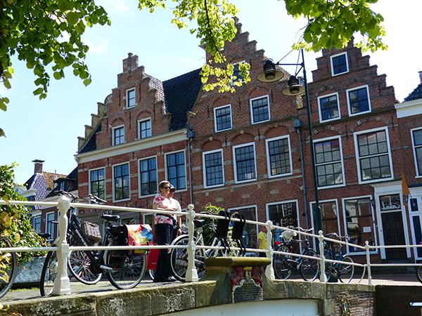 De helft van de fietsende senioren springt het hele jaar door op het zadel om even langs te gaan bij anderen (25%), om boodschappen te doen (22%) of een fietstocht te maken (60%). Info fietsvakanties: www.frieslandtravel.com  Fotolocatie: Dokkum (www.markantfrieslandroute.nl)