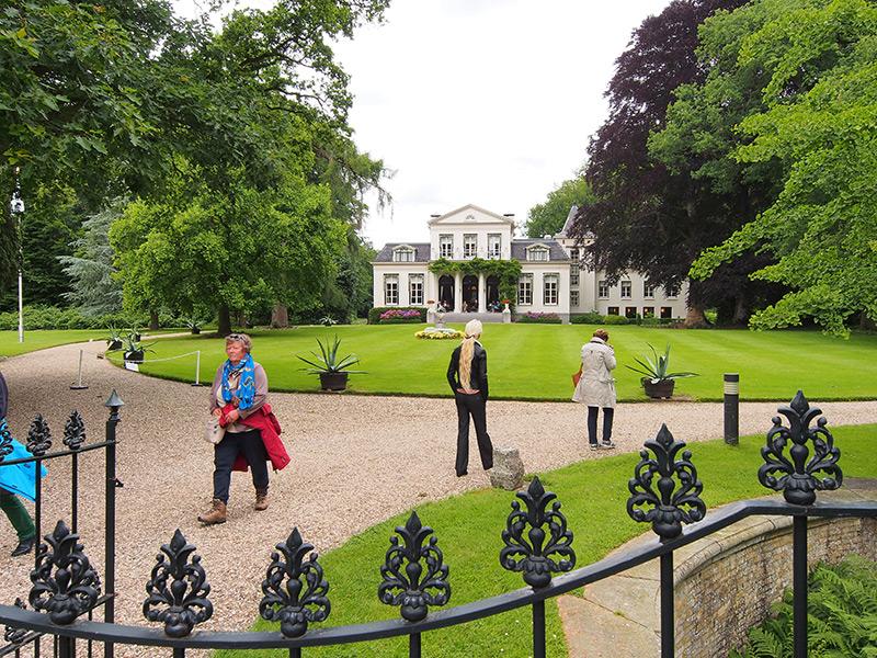 Het landhuis op Landgoed Oranjewoud, vlakbij Museum Belvédère. Hier werd rond 1700 Paleis Oranjewoud gebouwd. In 1676 kocht Prinses Albertine Agnes van Oranje-Nassau (dochter van Prins Frederik Hendrik van Oranje en kleindochter van Koning Willem I van Oranje) een op deze plek bestaand landgoed. In 1696 stierf zij en erfde haar schoondochter Henriëtte Amalia van Anhalt-Dessau het landgoed. Zij liet architect Daniël Marot, bekend van Paleis Het Loo, paleis Oranjewoud in classicistische/barokstijl ontwerpen. Er werden twee vleugels aangelegd, maar het middengebouw verrees nooit. In 1803 en 1805 werden de vleugels van het paleis afgebroken. De staat werd in 1813 eigenaar van het landgoed. Hoe het paleis er uitzag kan men mooi zien in het Museum Willem van Haren in het centrum van Heerenveen. Daar staat namelijk een prachtige maquette van het koninklijk paleis te Oranjewoud.
