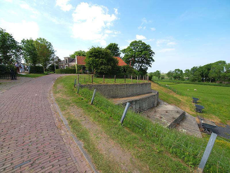 Frieslands hoogste terp, die van Hegebeintum bij Ferwert. Aan de noord-oostzijde van de terp is de stapsgewijze terpafgraving gereconstrueerd (1997). De terpaarde voor het bemesten van onvruchtbare (zand)gronden werd afgevoerd met ijzeren kipkarren op rails. Deze losten hun lading in schepen, o.a. skûtsjes, kleine Friese platbodems met kajuit en zeil.
