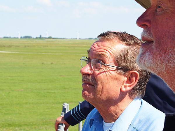 Peter Michael Krämer probeert zich voor te stellen hoe zijn stiefvader hier, in het Noarderleech, in 1943, oefende met een Messerschmitt 109. 16 juli 1943 begroef de zeer jonge onervaren piloot zich hier zelf.
