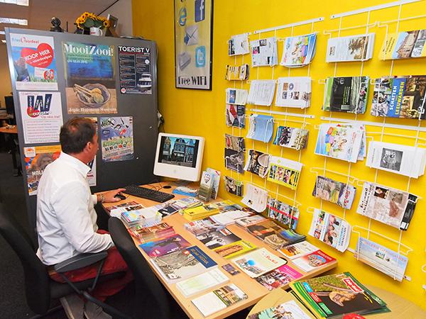Even uw e-mail checken, het kan in het kantoor van Tourist Information Point Fryslân aan het Grootzand in Sneek.