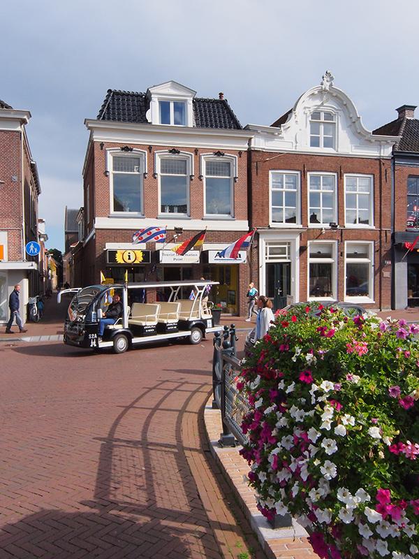 Het toeristeninformatiekantoor in het centrum van Sneek, mét shuttleservice voor de deur. De shuttle brengt bezoekers van de parkeerterreinen, zoals de Veemarkt, naar de binnenstad.