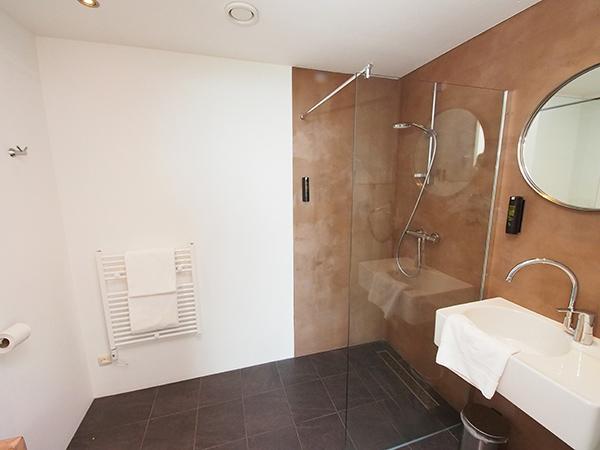 De ruimte, luxe en service van een kamer van een viersterrenhotel.