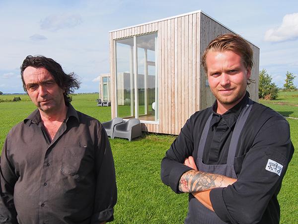 Hotel- en campingbaas Eddy de Boer (links) en zijn zoon Machiel, de chefkok van het restaurant Weidumerhout.
