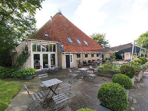 Weidumerhout omvat een hotel met 13 tweepersoonskamers, een camping aan vaar- en viswater en een restaurant met 40 zitplaatsen binnen en een groot terras.