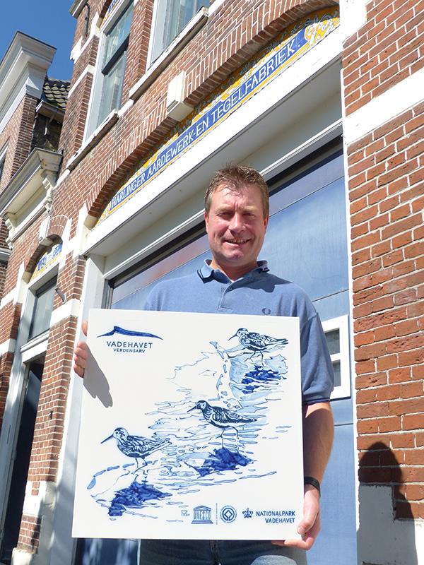 Rikus Oswald bracht 10 kostbare herinneringstegels naar Denemarken waar ze met handgemaakte Harlinger tegels de benoeming van het Deense deel van de Waddenzee tot UNESCO Werelderfgoed vieren.
