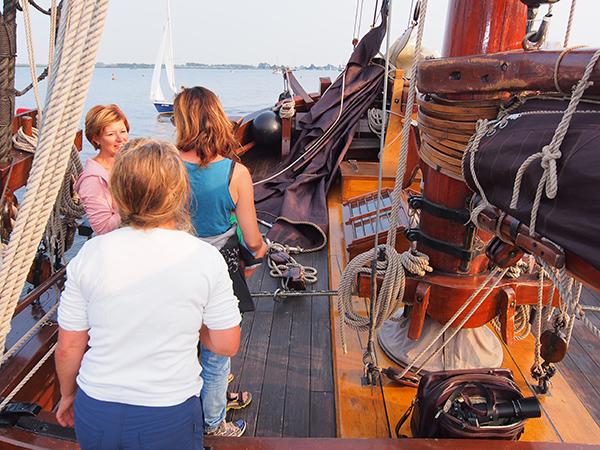 Een kijkje aan boord van de Korneliske Ykes II, een replica van een originele Hegemer palingaak, die in 2009 te water werd gelaten. Eeuwenlang exporteerden vissers uit Heeg paling, ook wel aal genoemd, naar Londen. Daar, in de Theems bij de London Bridge, hadden hun ca. 18,50 m lange zeilvoerende houten aken een vaste ligplaats, een mooring (ankerboei) om de nog levende paling aan de man te brengen. Iedere platbodem vervoerde 7.500 tot 10.000 kg aal in de met water gevulde bunnen.