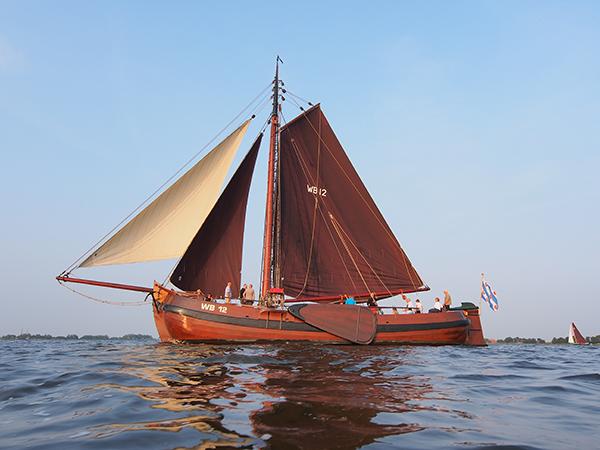 Een vaartocht met de Korneliske Ykes II is een unieke actieve onderneming.