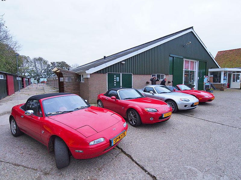 Het hele erf van waddenboerderij Seedykstertoer stond zondag 26 oktober 2014 vol met Mazda cabrio's van het type MX5.