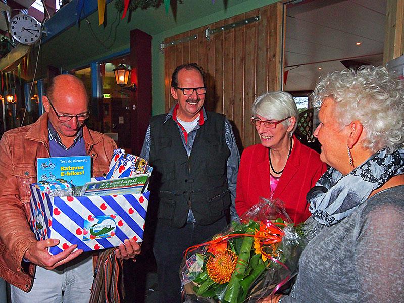 Gerben Visbeek (tweede van links) verrast 15.000ste bezoeker Tallo Oldenburger met Friese streekproducten. Geheel rechts mevrouw Alie Oldenburger, naast haar mevrouw Aukje Visbeek.
