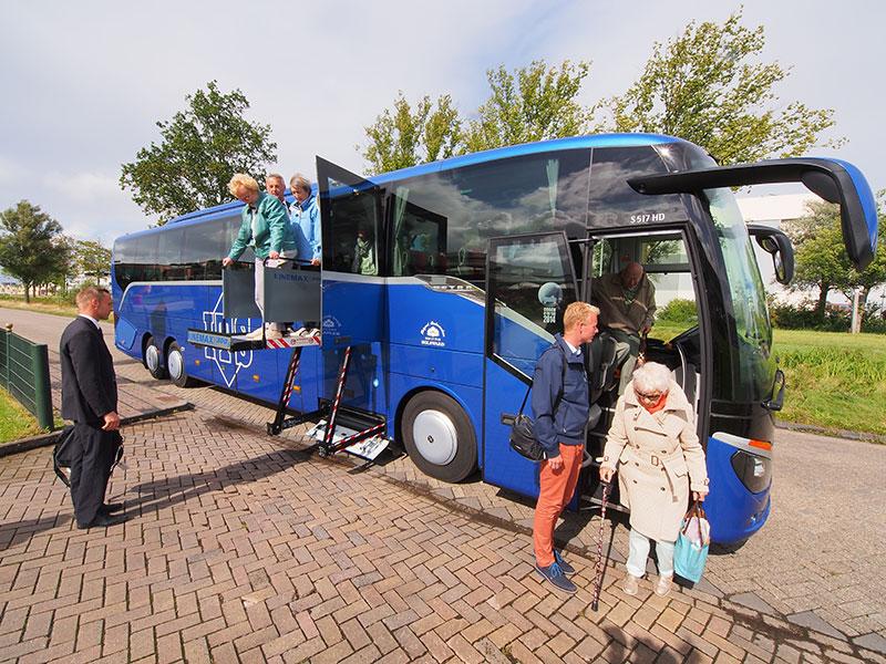 Friesland Holland wil de hegemonie van randstedelijke busondernemingen doorbreken met de inzet van Friese busbedrijven als ITS in Bolsward die over een grote touringcar beschikt waarin plaats is voor 40 passagiers en nog eens 10 rolstoelers.