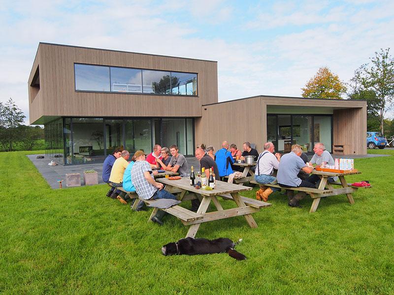 De druivenplukkers bijeen voor het middagmaal in wijngaard De Frysling op donderdag 2 oktober 2014. Gezelligheid troef in het noorden van La Frise.