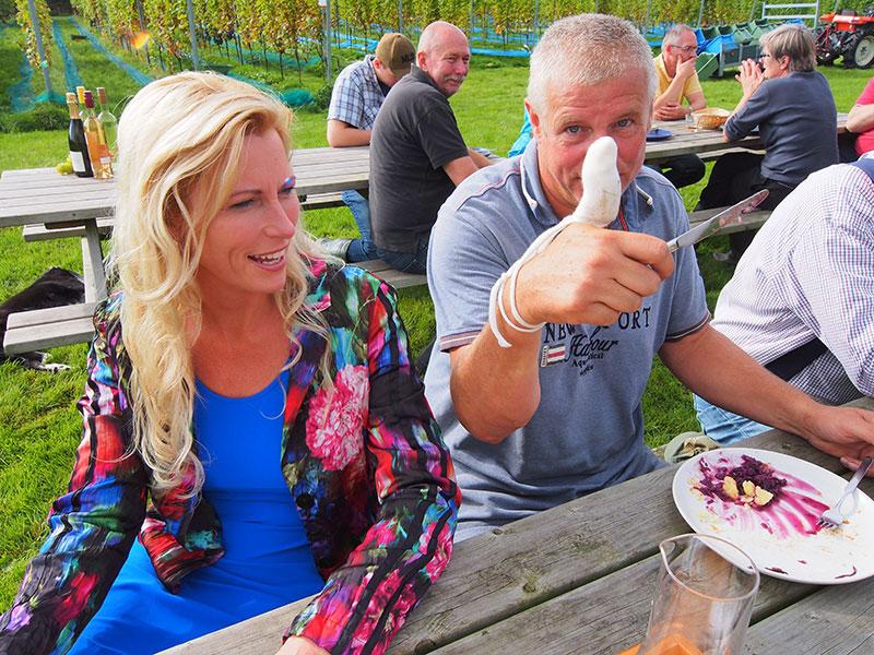 Zwaargewond, maar niet echt. Douwe Broersma plette een duim bij het koppelen van een druivenkar aan een tuinbouwtrekker. Dat is best bijzonder voor een man die afkomstig is uit de transportwereld.