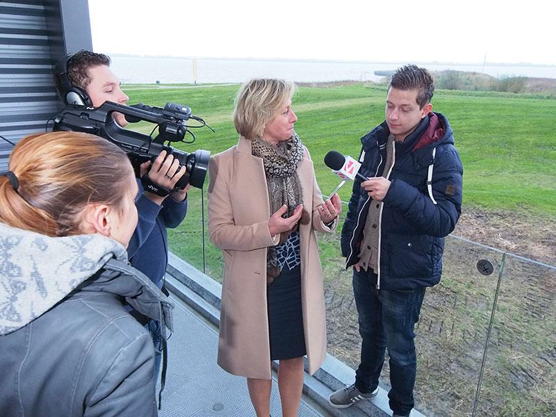 Cameraman Niels Bak (Friesland College) richt zich op vragensteller Robin van Rossum (Stenden Hogeschool) en Hilda Boesjes (midden) die op haar iPhone de Wouda-app demonstreert. De informatie wordt onder andere in het Chinees en Fries verstrekt. Geheel links regisseur en afgestudeerd fotograaf Kirsten Bijster.