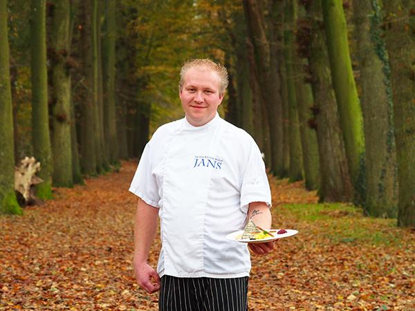 Jans' chef-kok Beene de Leeuw, hier in het Rijsterbos aan het IJsselmeer, schotelt Groningers en Drenten échte Friese streekmenu's voor.