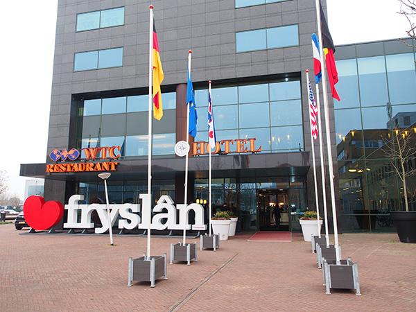 Deze landmark, een reclameobject van de provincie Fryslân, is weer terecht en kan per vrachtwagen op transport naar Düsseldorf.