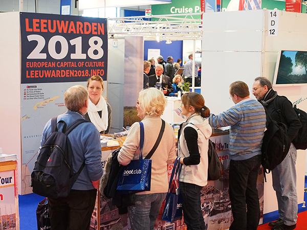 Penny Hagendoorn, personeelsmanager van grand café restaurant De Walrus in Leeuwarden, promootte in Friesland Holland's Leeuwarden 2018-stand op Boot Düsseldorf 2015 de Friese hoofdstad en heel Friesland.