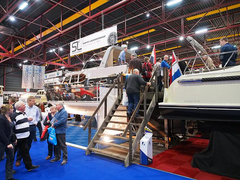 Super Lauwersmeer presenteert haar Discovery op Boot Holland aan de lange steiger tegenover concurrent Vedette.