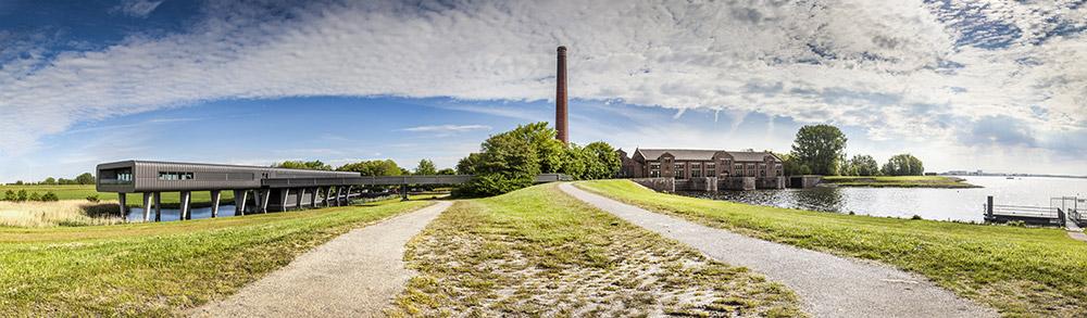 Het Woudagemaal (rechts) en het bezoekerscentrum (links).