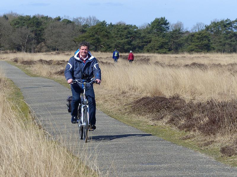"""E-bike tester Albert Hendriks op het testcircuit Doldersummerveld in Drenthe (Nationaal Park Drents Friese Wold) is heel enthousiast over de prestaties van de Pointer E-Forta N7.L Eco, maar testende fietstoeristen vinden de Pointer helemaal niks. """"Het is een fiets met een gebruiksaanwijzing, letterlijk en figuurlijk. Je moet een goed geheugen hebben om dit streekproduct — uit de Friese Wouden — vlot te kunnen bedienen""""."""