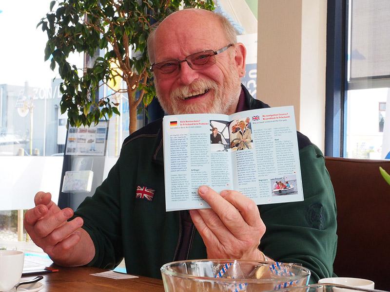 Watersportjournalist Claus Breitenfeld (vroeger bij Stander en nu werkzaam bij SVG Wassersport) vindt het leuk dat er in het Fries paspoort een artikel staat over vaarbewijsvrij varen in Nederland.