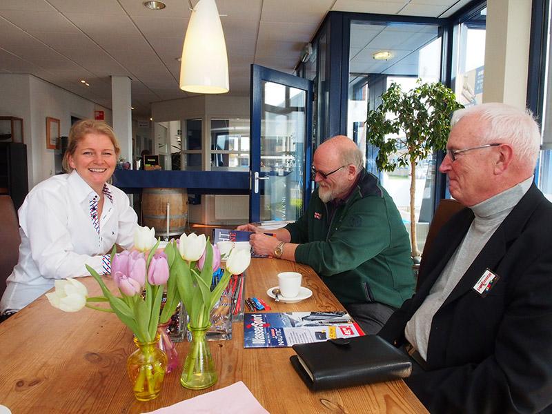 Marije Mulder (links) van jachtmakelaardij De Valk aan tafel met de gasten uit Bad Salzuflen en Löhne.