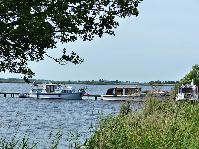 In Fryslân vindt men midden in de natuur, zoals in de Lindevallei, en op andere bijzondere locaties, meer dan 3.500 Marrekrite-aanlegplaatsen. Hier mag maximaal drie dagen gratis gebivakkeerd worden.