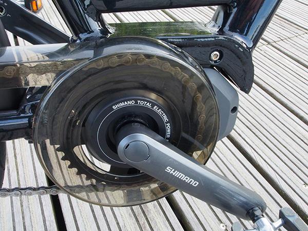 De Shimano elektromotor is zeer compact en dat geldt ook voor de uitneembare batterij onder de bagagedrager. De 36 Volt 11,6 Ah lithium-ion accu (418Wh) heeft een oplaadtijd van slechts vier uur. Meer informatie over het bijzondere Shimano StePS-aandrijfsysteem voor e-bikes: https://shimano-steps.com/nl-nl/het-systeem