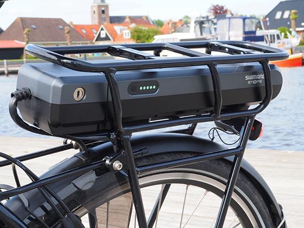 De degelijke, niet op een kwetsbare plek gemonteerde fietscomputer geeft naast de bekende standaardinformatie (afstanden, snelheid) ook informatie over de gekozen ondersteuning, het bereik bij een bepaalde ondersteuning en de toestand van de accu. Meer informatie over het bijzondere Shimano StePS-aandrijfsysteem voor e-bikes: https://shimano-steps.com/nl-nl/het-systeem.