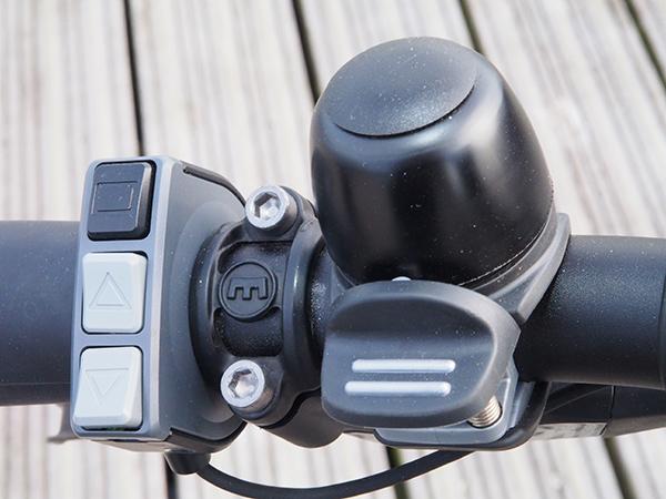 De bedieningsschakelaar bevindt zich direct naast het linker handvat. Zonder de handen van het stuur af te hoeven doen kun je met drie simpele klikknoppen op- en terugschakelen of de Walk Assist activeren (ondersteuning als u naast de fiets loopt). Meer informatie over het bijzondere Shimano StePS-aandrijfsysteem voor e-bikes: https://shimano-steps.com/nl-nl/het-systeem.