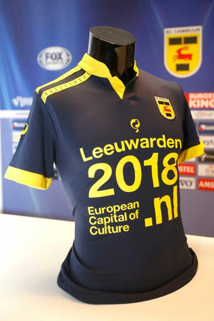 Het sinds 16 juni 2015 in omloop zijnde officiële shirt van de Leeuwarder voetbalclub SC Cambuur met het ietwat verbouwde logo dat medewerkers van de marketingafdeling van het bureau voor toerisme Friesland Holland — SC Heerenveen-fans — maakten. Voor de opdruk is de Stichting Kulturele Haadstêd 2018 verantwoordelijk.