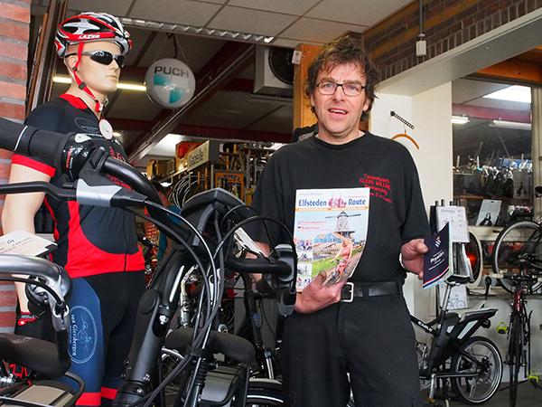 Fietsenmaker Klein Willink in Westendorp (Gelderland) is één van de 200 fietsenhandelaren in België, Duitsland en Nederland die de Friese Elfstedenroute in zijn zaak promoot.