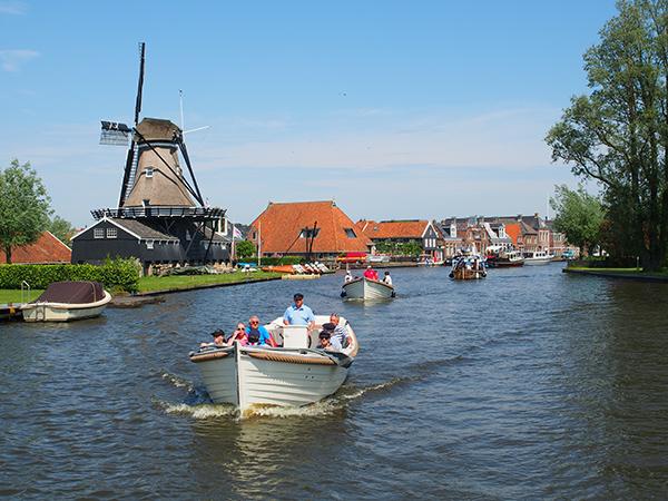 Als het weer meezit stroomt Friesland in no time vol. Op de foto Woudsend op de vaarroute Sneek-Heeg-Woudsend-Sloten (kleinste stadje ter wereld).