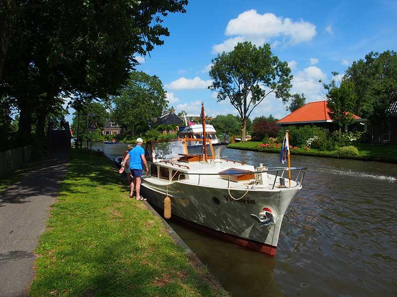 Overstappen in Bartlehiem: uit de boot op de fiets voor de Friese winkeltjesroute.