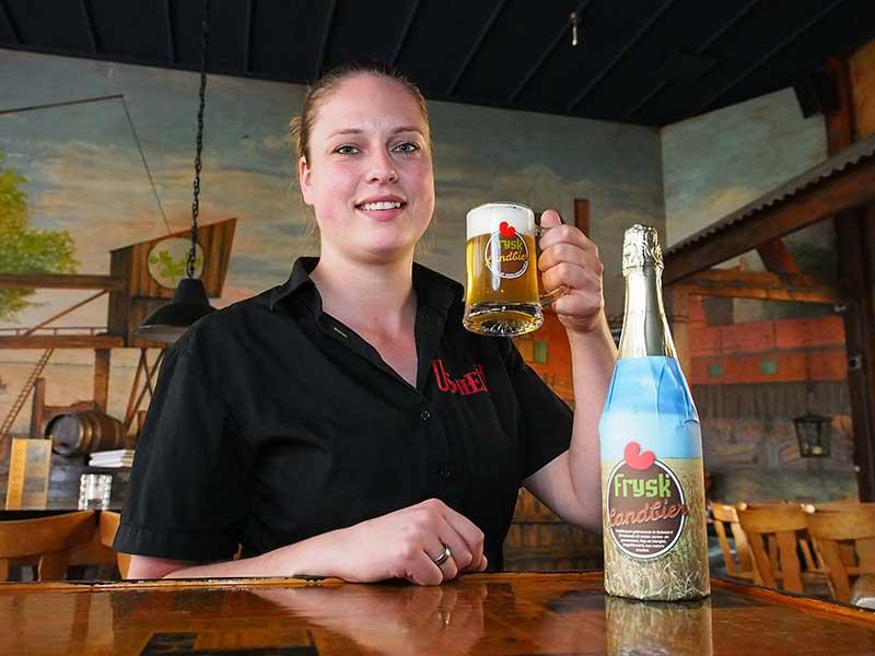 Eerste fles frysk landbier met bierpul en boekje voor oud for Woonboulevard wolvega
